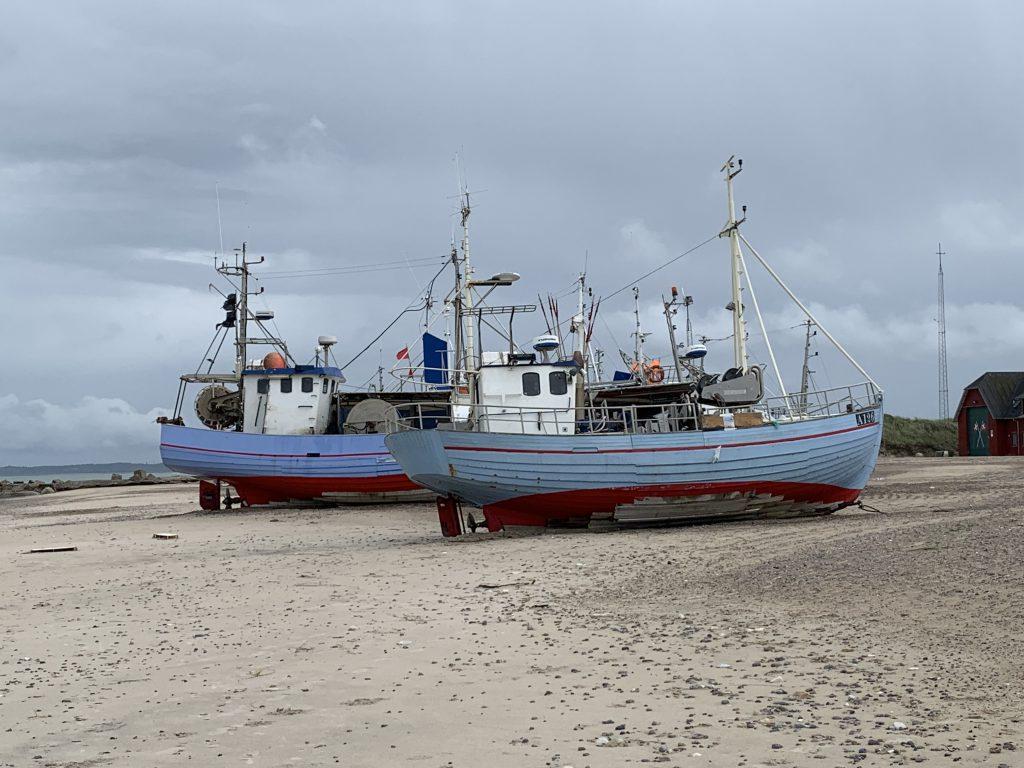 Blaue Fischkutter am Thorup Strand