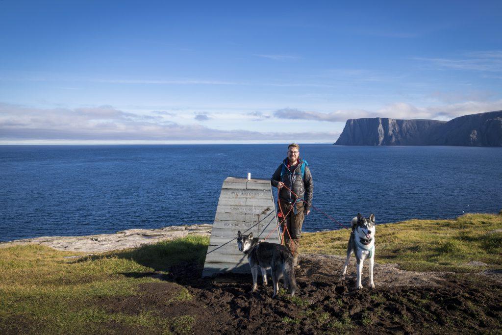 Peter am Monument mit Floyd und Pepper.