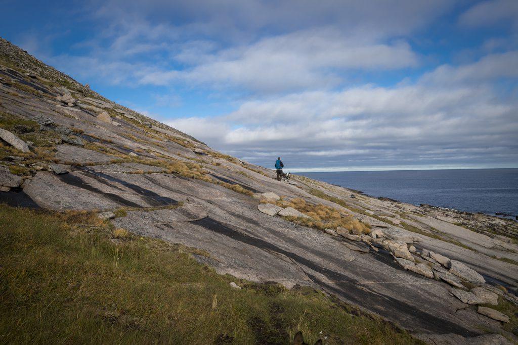 Über Felsen geht es weiter zum Knivskjellodden.