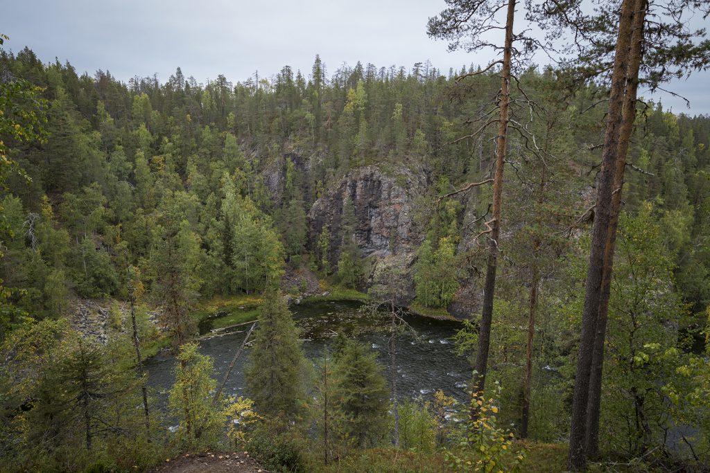 Am Aussichtspunkt Kalliosaari haben wir einen fantastischen Blick in die Schlucht des Flusses Kitkajoki.