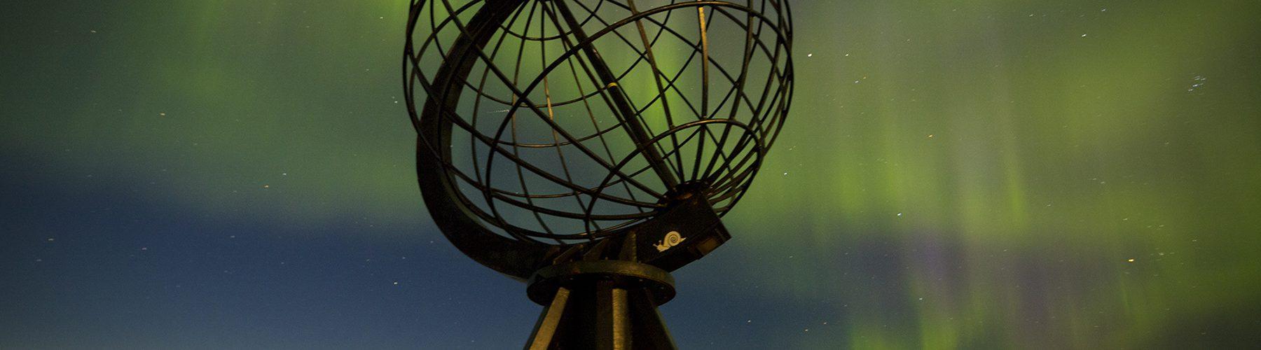 Die Nordkap-Kugel mit Polarlichtern