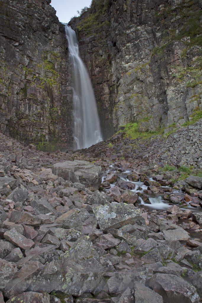 """Der größte Wasserfall Schwedens """"Njupeskär"""" hat eine Talhöhe von 125m."""