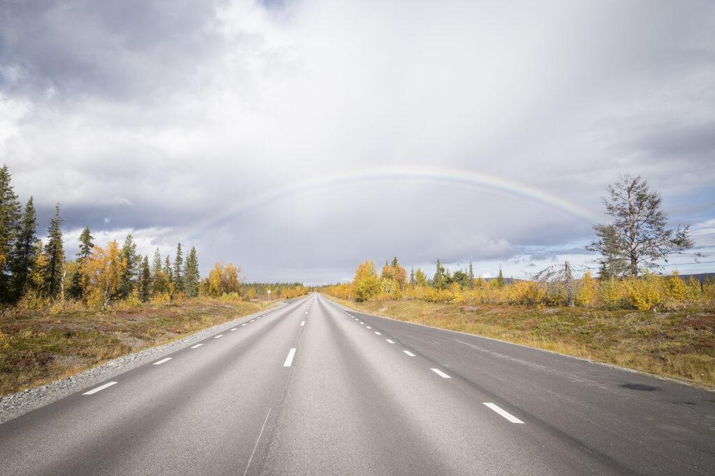 Gerade Straße in Schwedisch-Lappland
