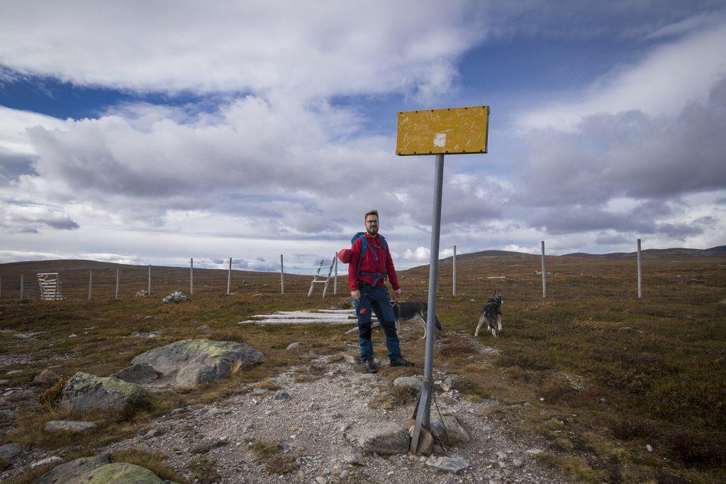 Rentierzaun markiert die Grenze zu Norwegen